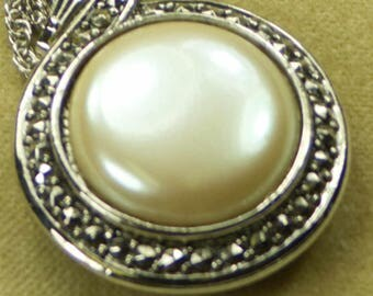 """1993 Signed Avon Faux Pearl """"Heirloom Riches Necklace"""" Pendant"""