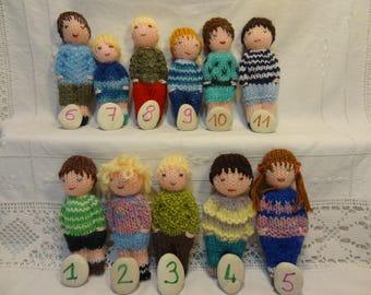 Petites poupées tricotées, jouet traditionnel en laine. Filles et garçons.