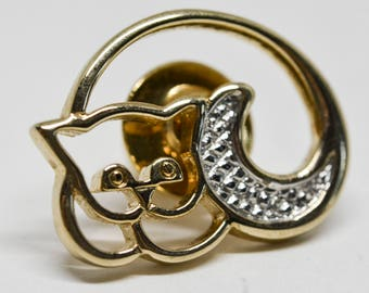 Charming gold tone cat pin