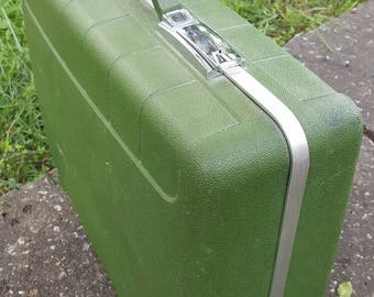 Fabulous Green Carry Bag Suitcase Overnight Luggage Perfect for Storing and Travel