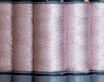 Brillo 517 Rose pâle - fil lamé aspect métallisé - bobine 200m Aurifil