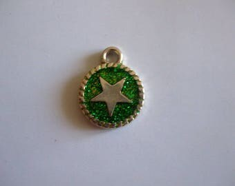Star metal 15 mm round pendant with sequin pattern