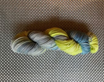Mnemosyne, bottom yarn hand dyed, yellow, blue and gray, size fingering, Merino Wool and nylon, 115g / 385 m