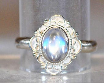 Ring in sterling silver with moonstone setting