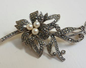 Vintage 1950's marcasite flower and freshwater pearl silver tone brooch.