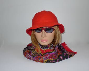 Pretty  red polyester hat  in very good condition. S