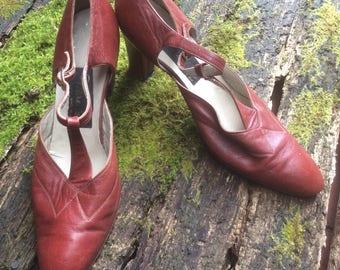 1970s TBar Ladies Sandals Size 7.
