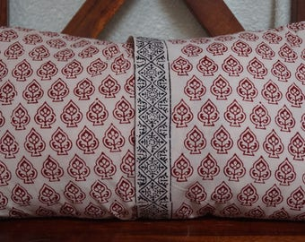 Set red and Black 8: Cushion cover 30x50cm (12 x 20 inches), printed Indian cotton. Red patterns. Black pattern border.