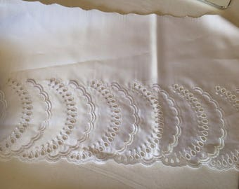 Embroidered lace on satin white 21 cm