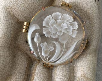 Antique french vintage Cameo cabochon brooch floral pattern, 1925/1930 Art Deco/ Années Folles, mounted on twisted gilded metal