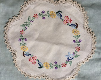 Vintage hand embroidered doily - 24 cm - crochet trim