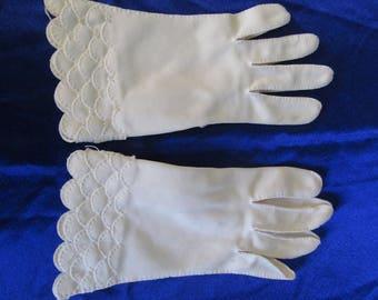 Vintage 1950s White Scalloped gloves