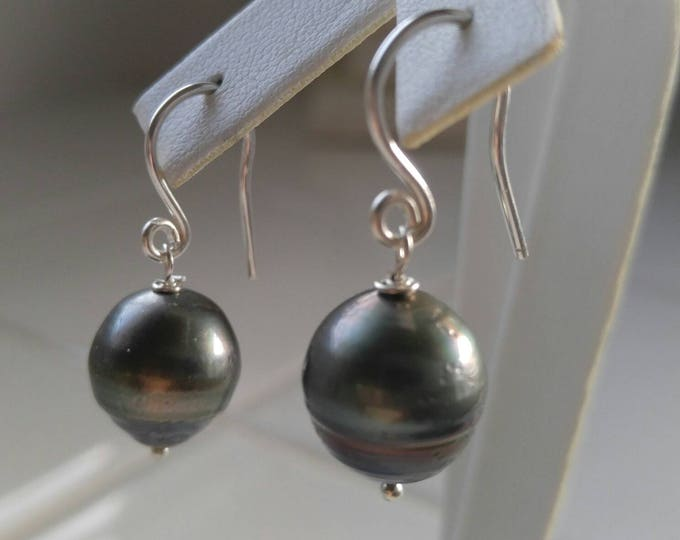 Black Tahitian pearl earrings in silver. Hand made dangle and drop wedding earrings for her. Large natural pearl earrings Silver French wire
