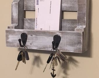 Pallet wood entrance mail and key holder