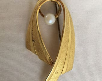 German Swoop Ribbon Textured Gold Tone with Faux Pearl Vintage Brooch
