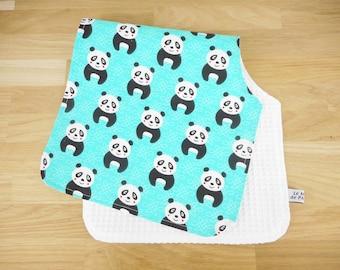 Bavoir d'épaule - tissu bleu imprimé pandas - noir et blanc - repas de bébé - liste de naissance - cadeau de naissance - protège épaules