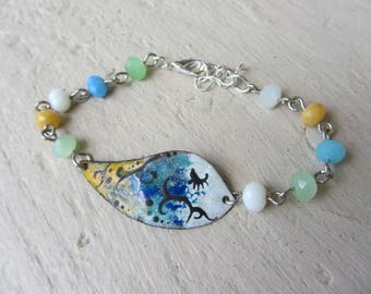 Bracelet enameled copper spacer fish and blue, green, yellow and white mounted on studs, faceted glass beads