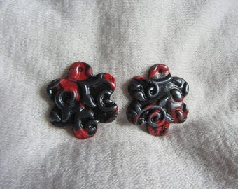 Pieces for jewelry making - set of 2 flower pendants made of polymer clay marbled red and black with silver patina embossed print