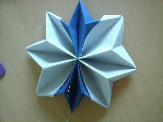 Pliage serviette en forme d toile bleu marine et blanc - Pliage serviette en etoile ...