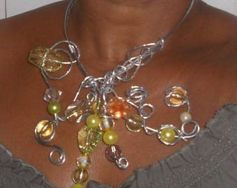 Multicolored baroque necklace with clasp in the middle of the neck.