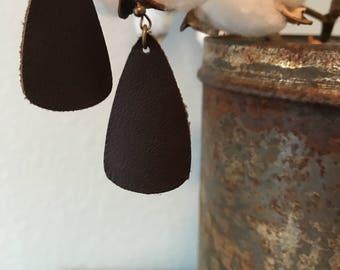 Leather earrings triangle medium in dark brown