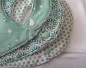 bavoirs doublés en éponge et coton vert pâle motif étoiles pois et fleurs géométriques