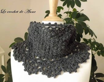 Choker / dark grey snood adorned with a lace border.