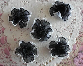 Flowers satin black organza with a white border and flower in the center of 3.00 cm in diameter (and 5 flowers)
