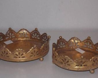 Set of 2 round gold metal trays
