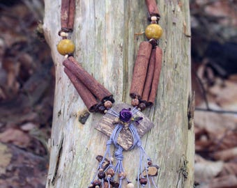 Cinnamon necklace, mother of Pearl lilac leather, wooden beads