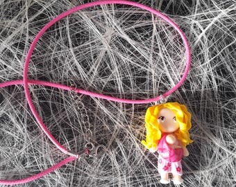The pendant necklace blond woman with scarf that bears his child Fimo
