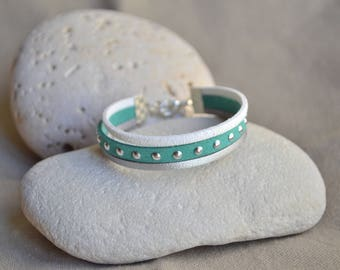 Bracelet in white, silver and green suede with rivets