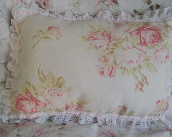 CHARMING PILLOW SHABBY CHIC PALE PINK AND WHITE BOUQUET OF ROSES PATTERN