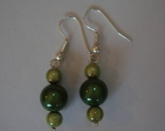 Dangling earrings green beads