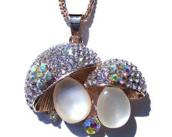 Sautoir champignon métal cuivré, perle oeil de chat, strass blanc et AB et chaine serpent argenté.