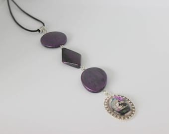 Vertical and original necklace purple acrylic cabochon bird hut.