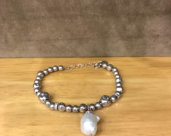 Silver beaded bracelet with Freshwater Pearl.