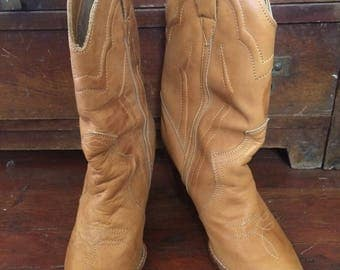 Womens vintage 1980's camel colored leather boots. Size 8
