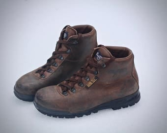 Excellent vintage Vasque Sundowner Hiking Boots - Made in Italy in 1995 - Waterproof - men's size 8.5 Wide - may fit trans or women