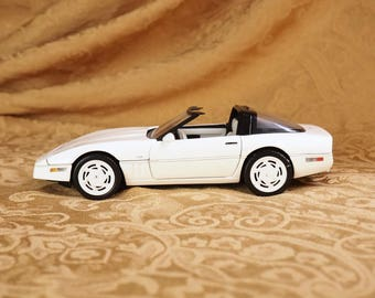 Franklin Mint Die cast Model 1988 Corvette Convertible Car- White- Like New!- 1:24 Scale Model-Tag - Opening parts