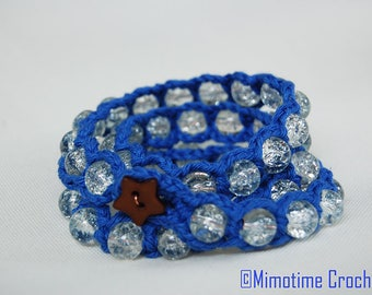 Blue bracelet and its crackled glass beads