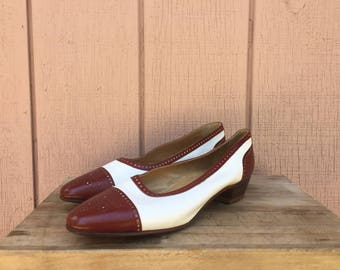 Vintage Leather Low Heel Pump. SIZE 40.5IT - US 10. Made in Italy. Brogue style leather details.