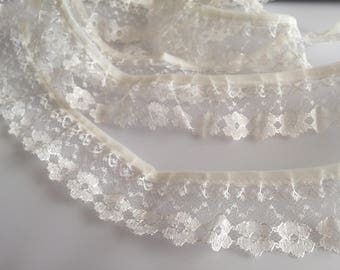 Frilly Ruffled Ivory White Disty Daisy Flower Lace - Sold per METER