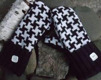 Sweater MIttens, made from recycled/upcycled sweaters in Black and white houndstooth design