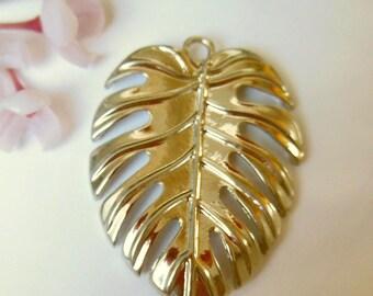 pretty pendant silver metal leaf