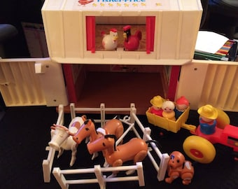 Vintage  FISHER PRICE Little People #915 Play Family Barn 1985