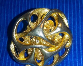 BROOCH PIN's ROUND METAL GOLD TRACERY 1970 BAROQUE PATTERN