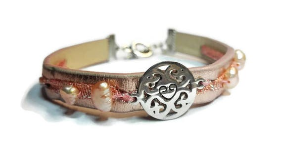 Faux leather bracelet with sweet water pearls and silver color mantra