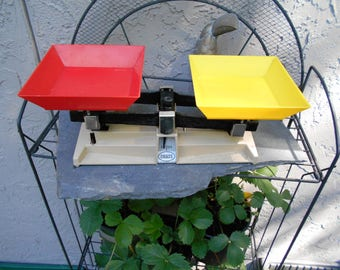 Vintage 1960s Ohaus 1200 Balance scale with hard red yellow  plastic trays