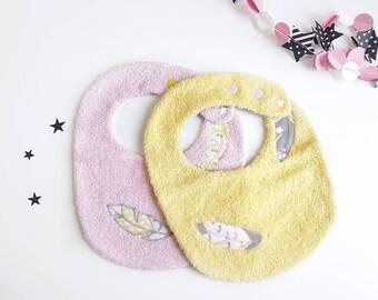 Lot bavoirs bébé fille en éponge, 2 bavoirs bébé, bavoir rose, bavoir jaune, cadeau bébé, cadeau naissance, bavoir original plume, tizest